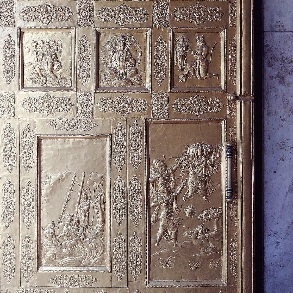 porte recouverte d'or et sculpté avec des scènes d'écriture religieuses
