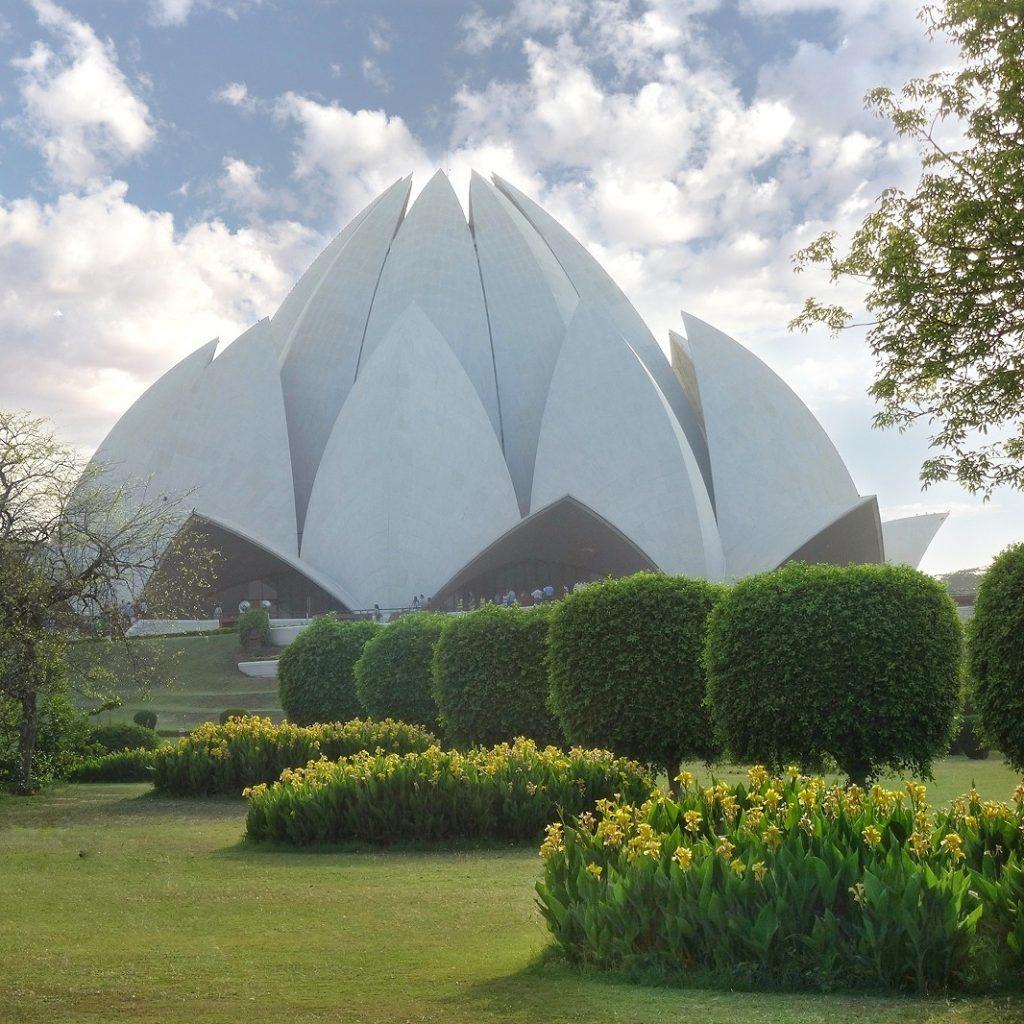 vue sur les jardins et le Temple du Lotus en forme de fleur de Lotus blanc