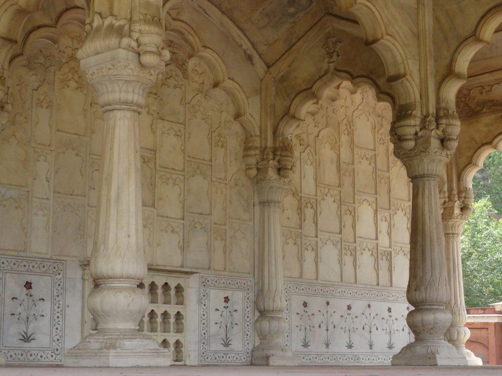 details de l'architecture d'un des monuments en marble blanc