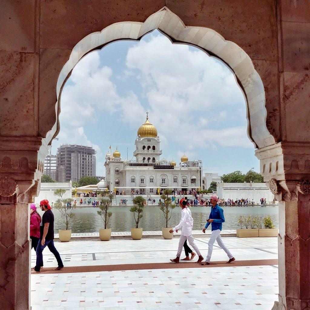 un lac se trouve au centre de l'ensemble, avec une promenade pour marcher autour, au loin on reconnait le toit doré du Gurudwara