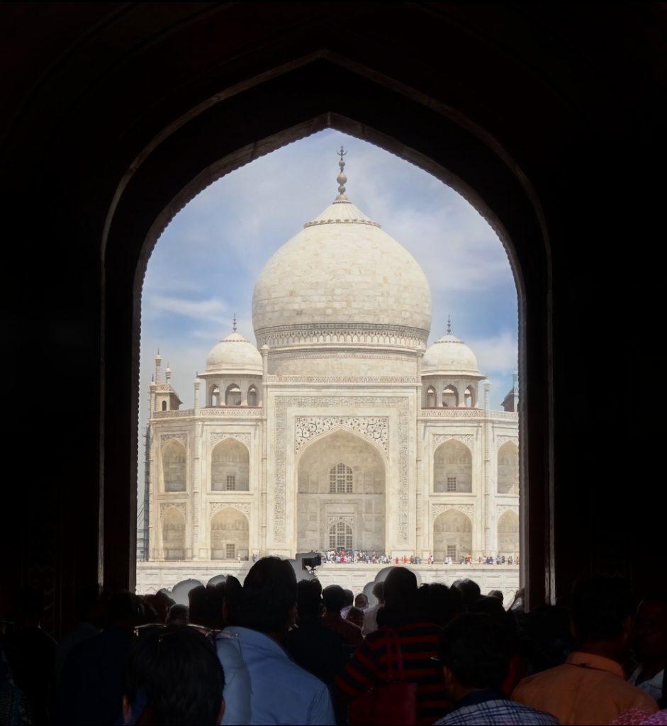vue sur le Taj Mahal en entrant avec la foule