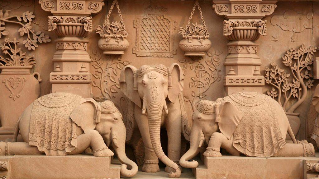une sculpture du temple représente trois éléphants