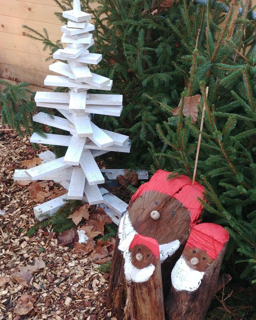 Décorations de Noël en bois au marché de Noël de Sarlat