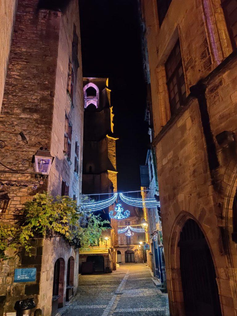 rues illuminées de Sarlat à Noël