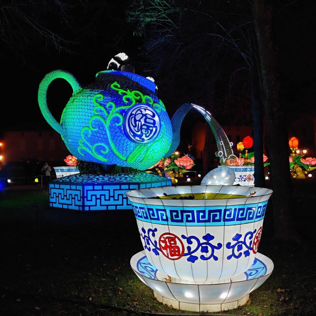 théière géante avec 2 pandans en son sommet au Festival des lanternes de Gaillac
