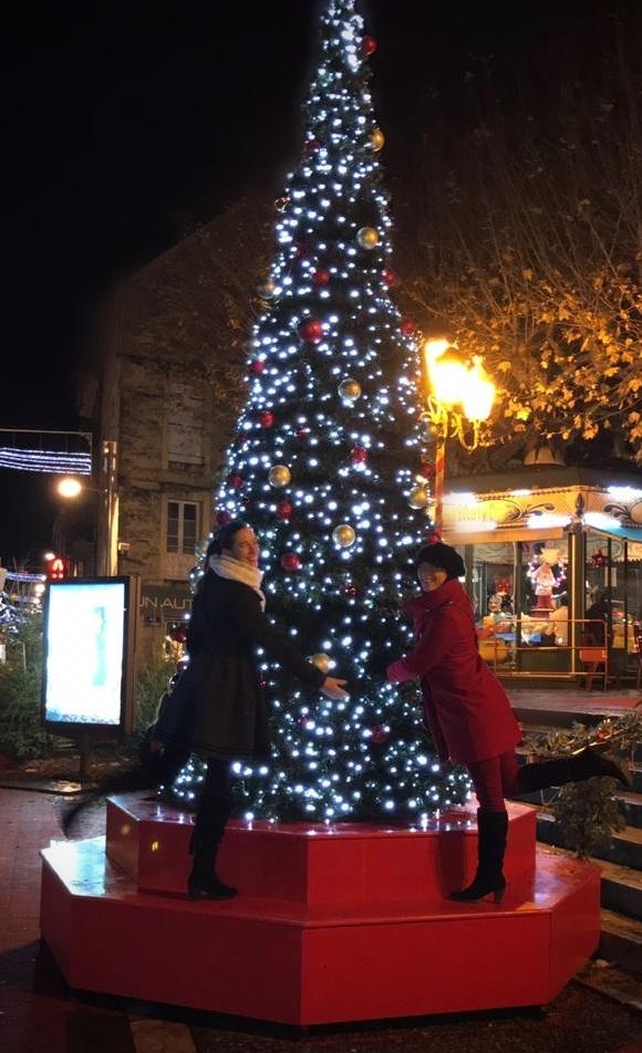 Sapin illuminé dans la ville de Sarlat