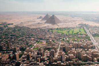 vue aérienne des Pyramides de Gizeh en Egypte