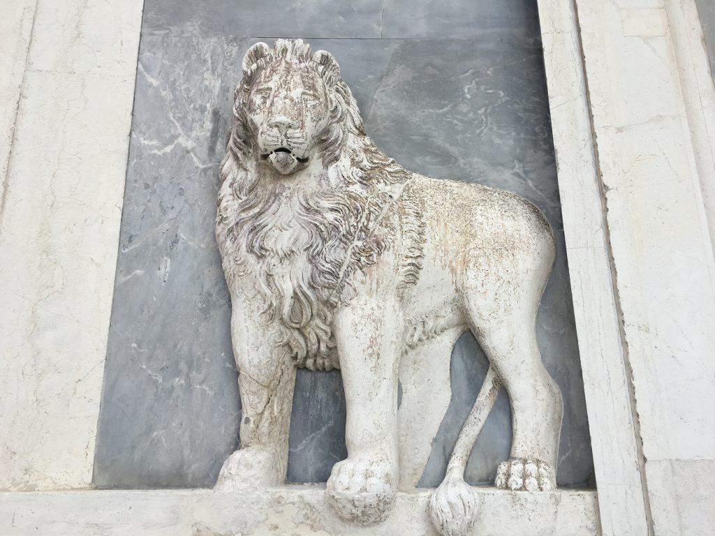 sculpture d'un lion blanc sur un édifice de Venise