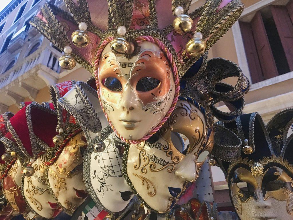 masques colorés du carnaval de venise en Italie