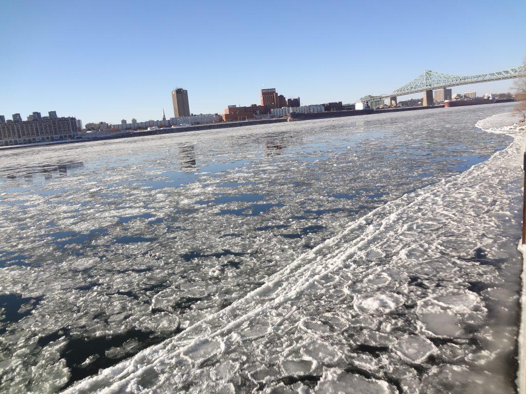 la glase s'est formé sur le fleuve St Laurent à Montréal