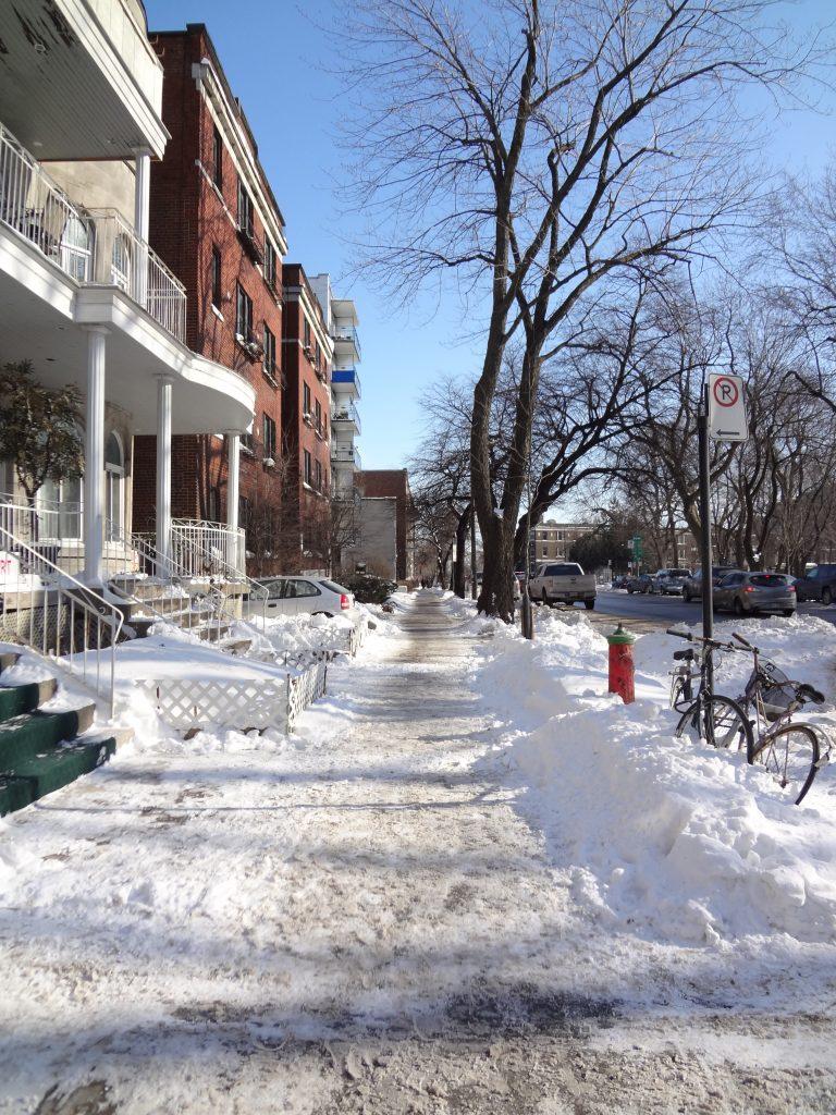 une petite rue enneigée dans la vieille ville de Montréal