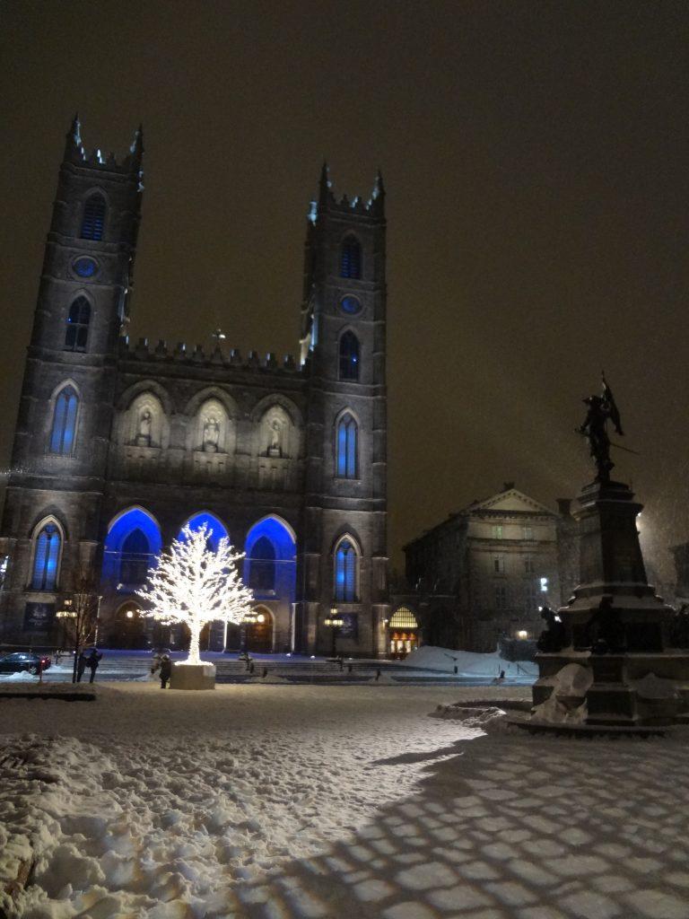 scène de nuit avec la Basilique Notre Dame