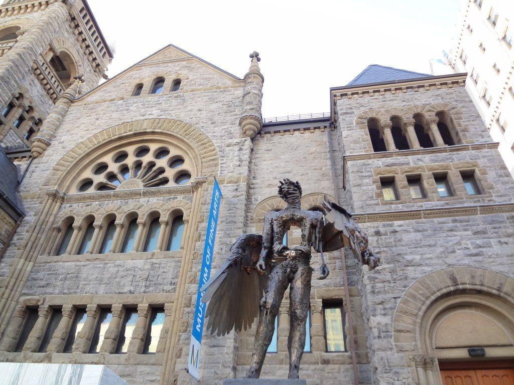 face du musée des Beaux Arts avec une statue d'un ange