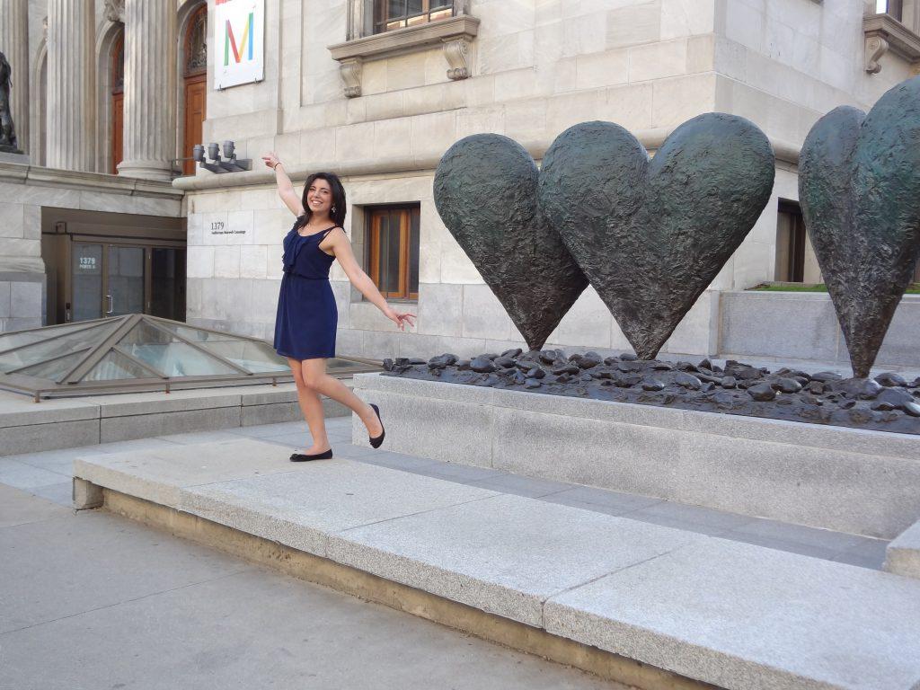 statue de 2 coeurs enlacés devant le Musée des Beaux Arts - Montréal