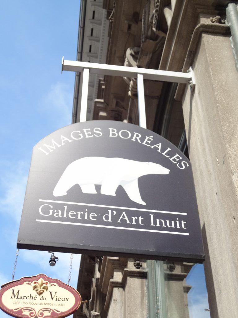 panneau d'entrée d'une gallerie d'art dans le Vieux Montréal
