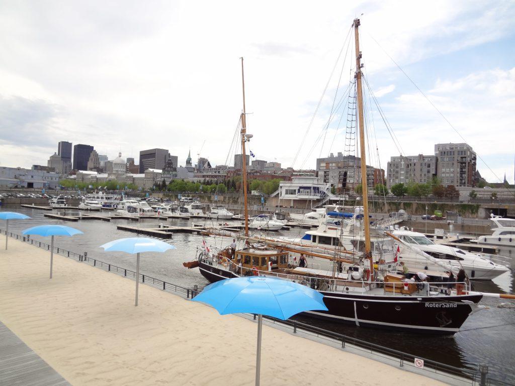 petite plage avec des parasols bleu sur le vieux port de Montréal