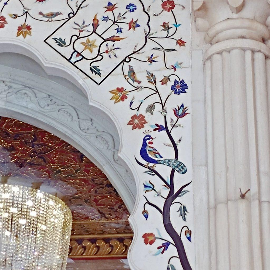 les murs en marbre arborent des détails sompteux avec des pierres précieuses incrustées