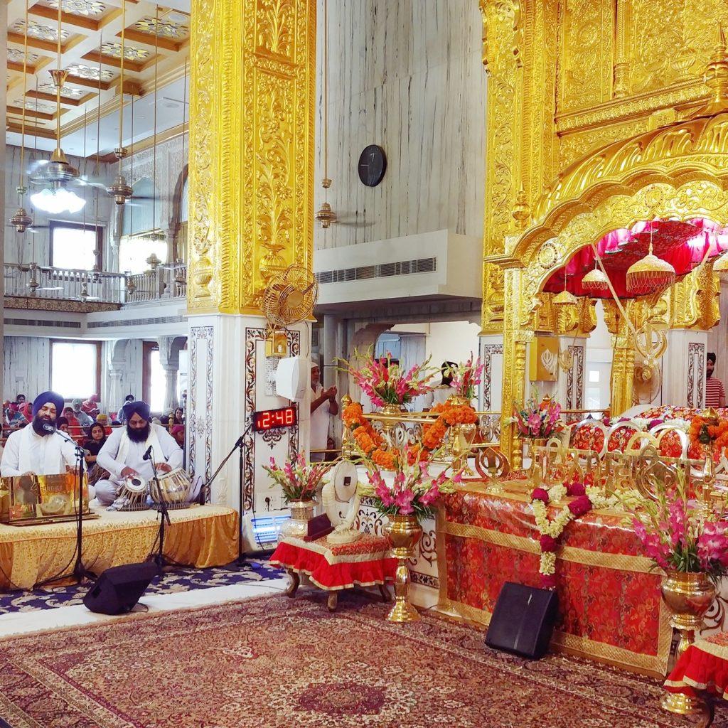la salle de prière est très colorée avec des piliers en or