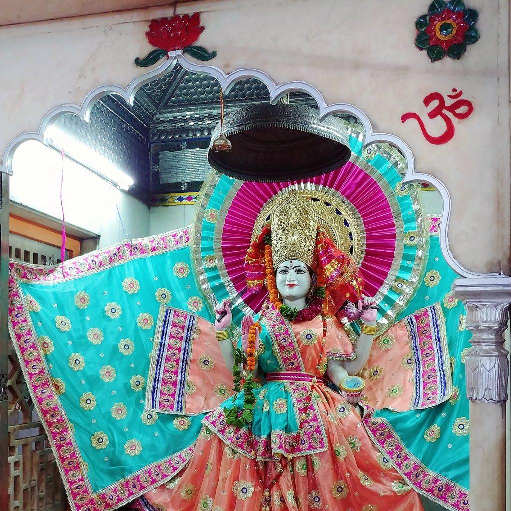 une des représentations religieuse est vêtue d'habits très colorés