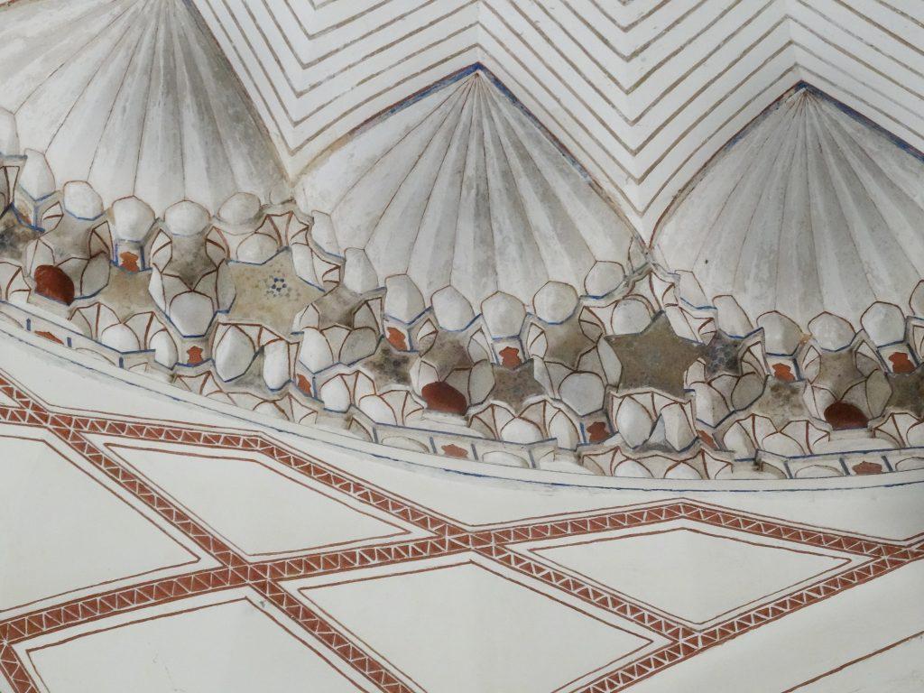 le détail des gravures de la coupole de la salle du tombeau de l'Empereur