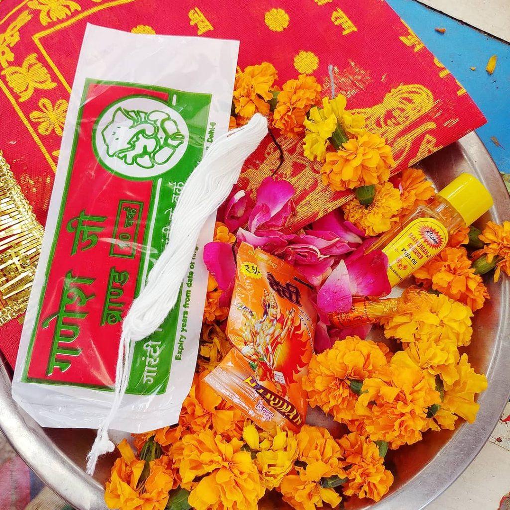un bol coloré rempli de fleurs et parfums pour les offrir aux dieux du temple