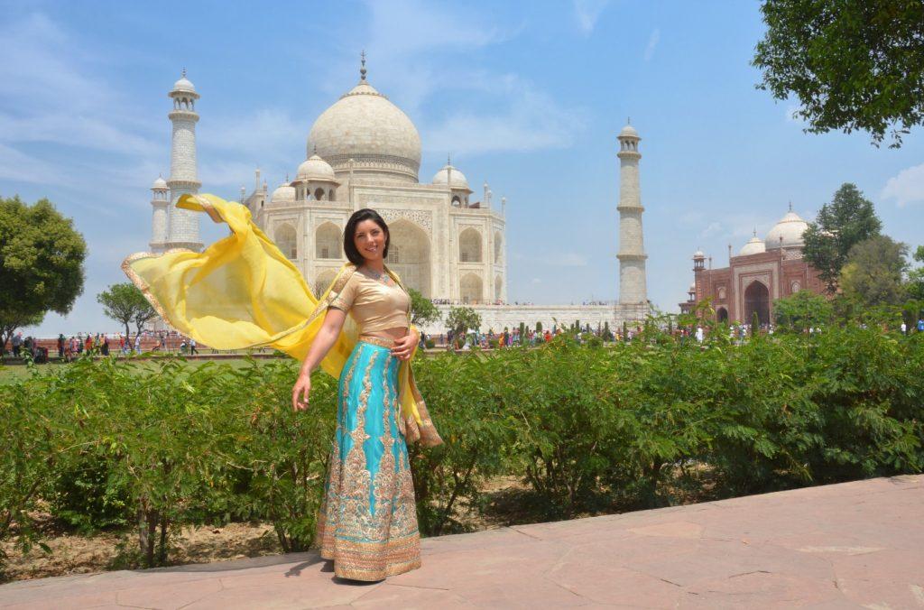 une fille pose en sari dans les jardins du Taj Mahal
