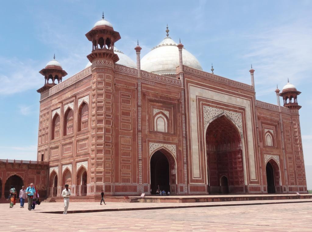 une des mosquées rouges de chaque côté du Taj Mahal