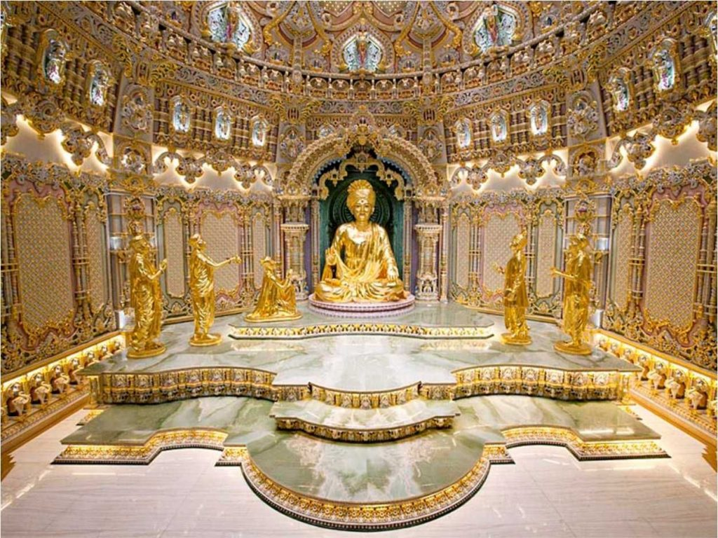 l'intérieur du temple est riche en détail, la divinité est recouverte d'or et assise sur du marble vert