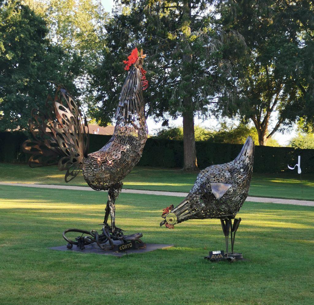 sculpture de deux coqs dans les jardins d'eyrignac